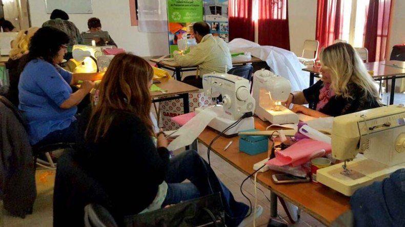 La primera clase del taller de confección de eco bolsas se dictó en CIC del barrio Centenario.