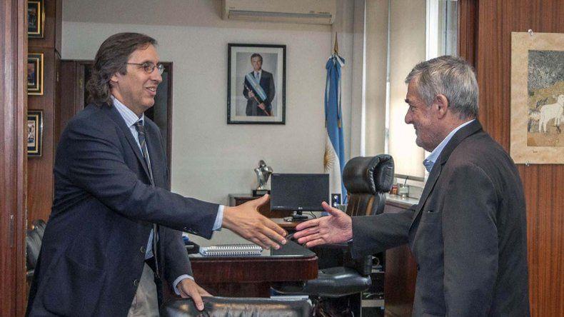 Das Neves celebra el acuerdo con un alto funcionario de Vialidad Nacional.