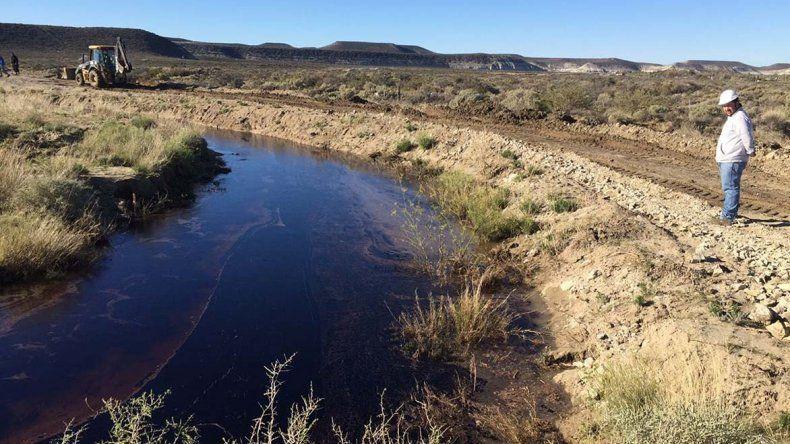 El derrame de petróleo se extendió por más de seis kilómetros.