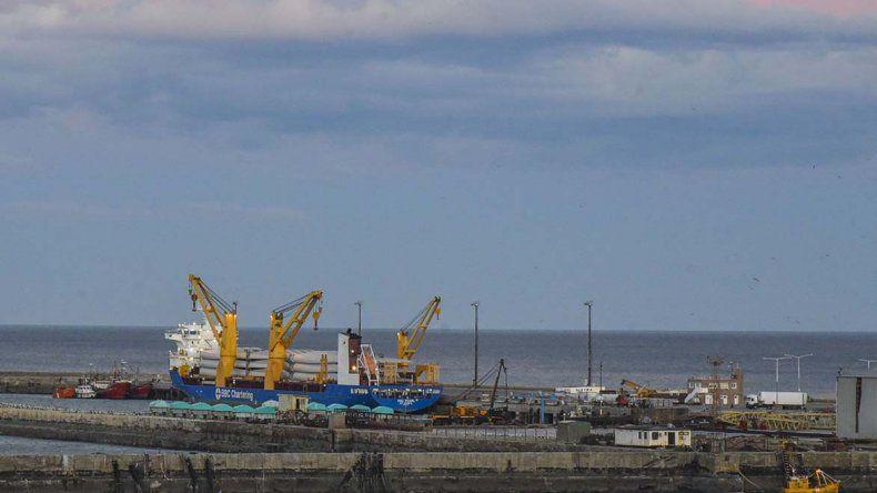 Las aspas y los motores llegaron el miércoles al puerto de Comodoro Rivadavia. Su descarga se extenderá hasta el martes.
