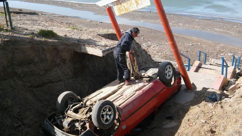 El Volkswagen Gol fue sacado ayer por un camión grúa de la zanja a la que ya cayeron dos vehículos.