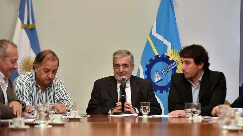 El gobernador Mario Das Neves encabezó ayer la apertura de ofertas en Rawson. También estuvo presente el intendente Carlos Linares.
