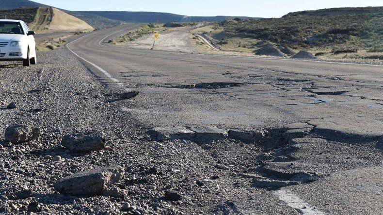 La recta que pasa frente al cerro Pan de Azúcar presenta peligrosos cráteres y son apenas un ejemplo del proceso de desintegración del viejo trazado de la Ruta 3.