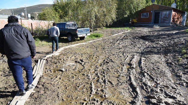Sergio Saldivia denunció el derrame de petróleo que sufre en el patio de su casa