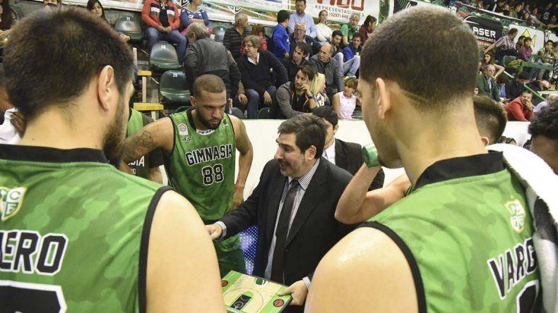 Gonzalo García habla con sus jugadores durante un pedido de minuto.