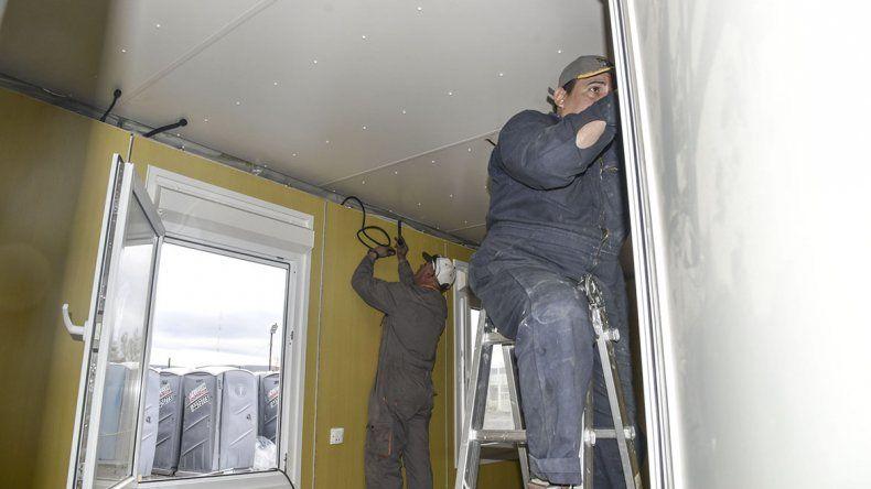 Los trabajadores de la empresa Ecosan Patagonia llevan a cabo la tarea del armado de los paneles para entregar los primeros diez módulos el martes.