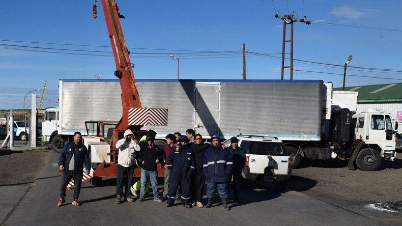 Los estibadores cortaron el ingreso al puerto Caleta Paula con dos camiones y una grúa debido a disputas de empresarios que impiden el procesamiento de varias toneladas de merluza.