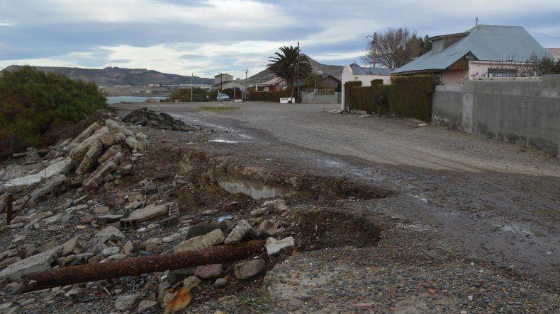 Advierten que el mar socava una calle del barrio Usina