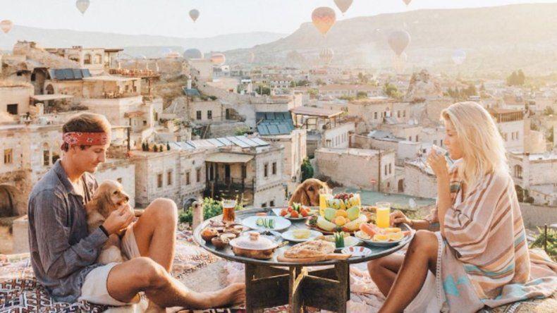 La pareja que viaja por el mundo gratis
