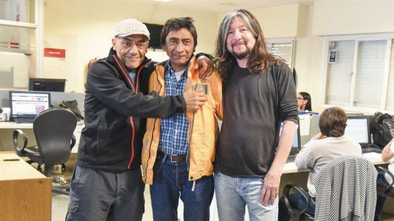 Foto: Titín Naves y Alakrán Marquez abrazan a Ramírez en su visita a la redacción de El Patagónico.