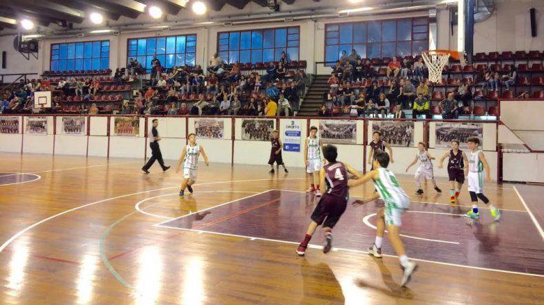 Escena de uno de los partidos que jugaron Gimnasia y la Fede en el gimnasio Diego Simón por las categorías formativas.