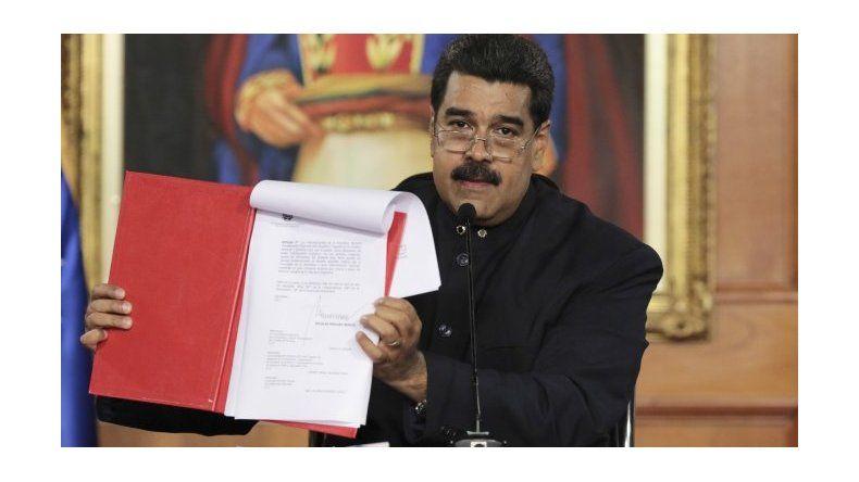 Maduro pide cambiar la Constitución y oposición convoca a rebelarse