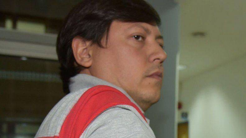 Osvaldo Mazo muestra una de las lastimaduras que le provocó con una madera el desconocido que lo sorprendió en la vía pública.