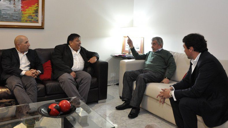 El gobernador Mario Das Neves mantuvo anoche una reunión con los secretarios generales de los sindicatos petroleros y con el ministro Gilardino.