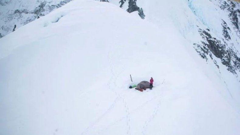 Una montañista argentina espera por su rescate