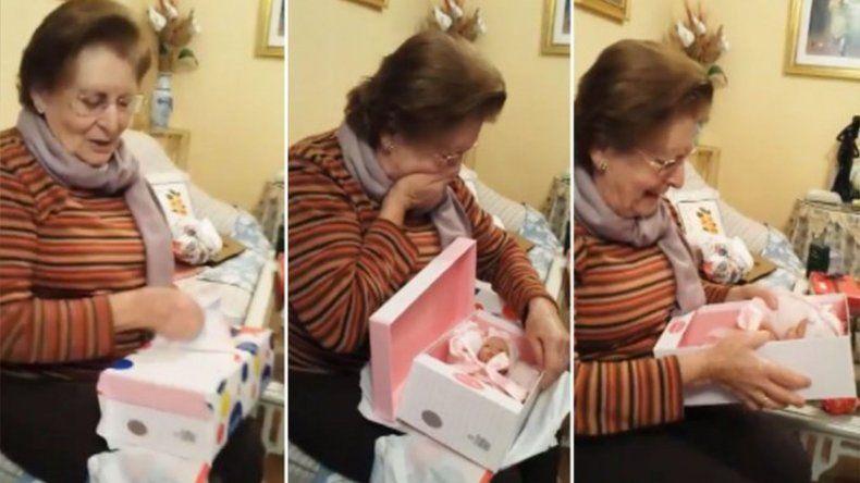 La emotiva reacción de una abuela al recibir su primer muñeca