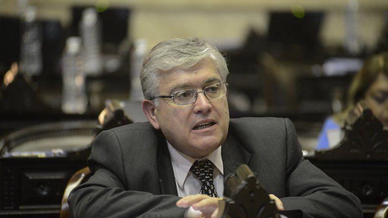 El senador Mario Pais reclamó al Poder Ejecutivo que YPF cumpla con las inversiones comprometidas en Chubut.