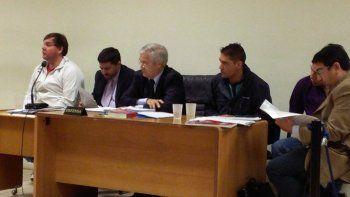 Los tres acusados por el homicidio de Néstor Vázquez junto a sus abogados defensores.