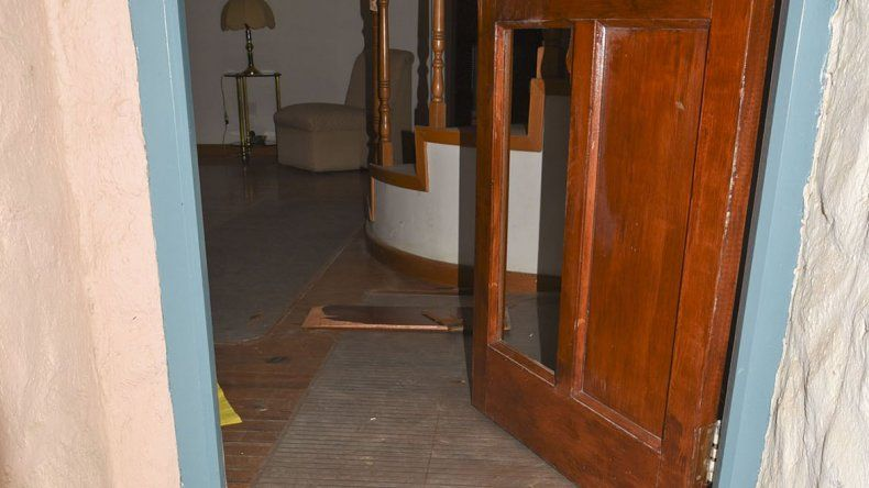La puerta de madera de la vivienda que los delincuentes rompieron a patadas.