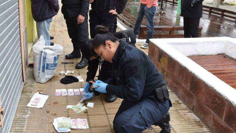 El asaltante fue detenido en pocos minutos y a menos de 200 metros de la tienda donde había cometido el robo. La policía recuperó el dinero que ocultaba en su campera.