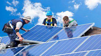 La principal forma en que los usuarios aportan energía al sistema es a través de paneles solares en sus techos.