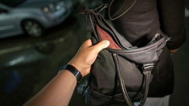 Dos robos de carteras a mujeres en menos de una hora