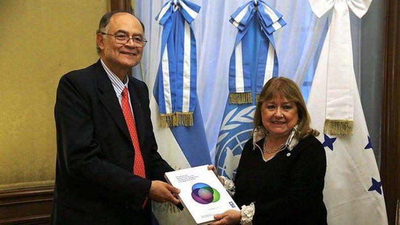 La canciller Susana Malcorra al recibir el informe del PNUD.