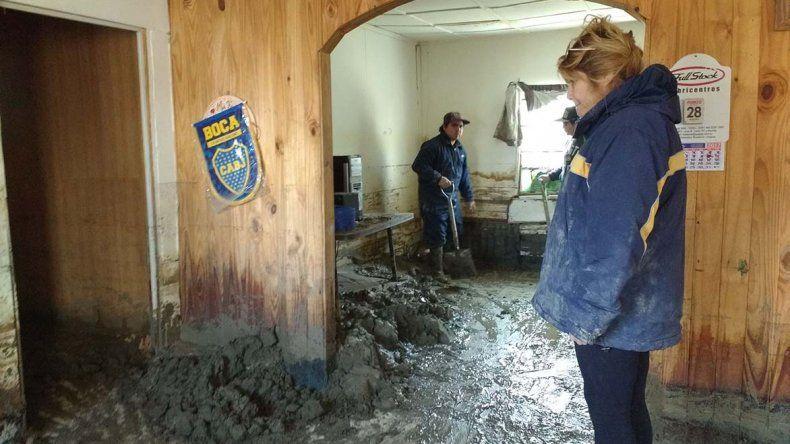 Paola Díaz todavía saca barro del interior de su casa.