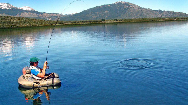 Ambos lagos se ubican al pie de los faldeos más orientales de la cordillera de los Andes y en la zona de la Patagonia andina.