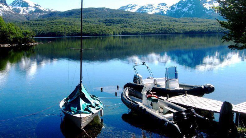 El lago Fontana iene una superficie aproximada de 8.150 hectáreas y ocupa un valle rodeado de hermosos paisajes de bosques de lengas y otras fagáceas.