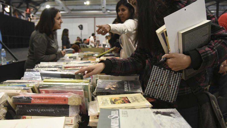 El público fue el gran protagonista del comienzo de la Feria del Libro Usado.