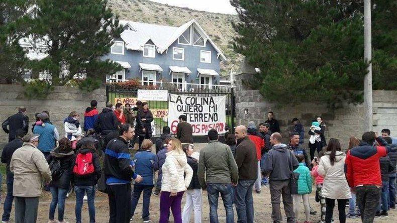 Cerca de 50 propietarios se manifestaron el sábado por la demora en la entrega de los terrenos que le compraron hace seis años a la empresa Minera Nueva León S.A.