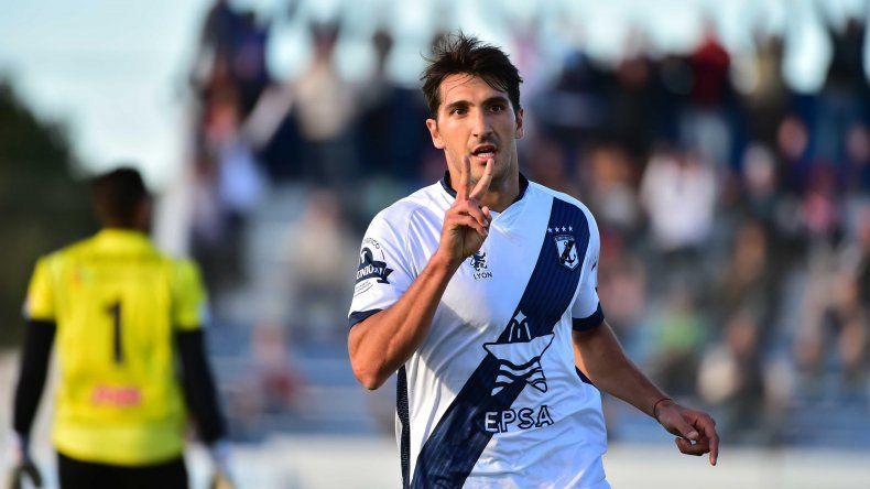 Román Strada marcó dos goles en el triunfo de Brown ayer ante Chacarita.