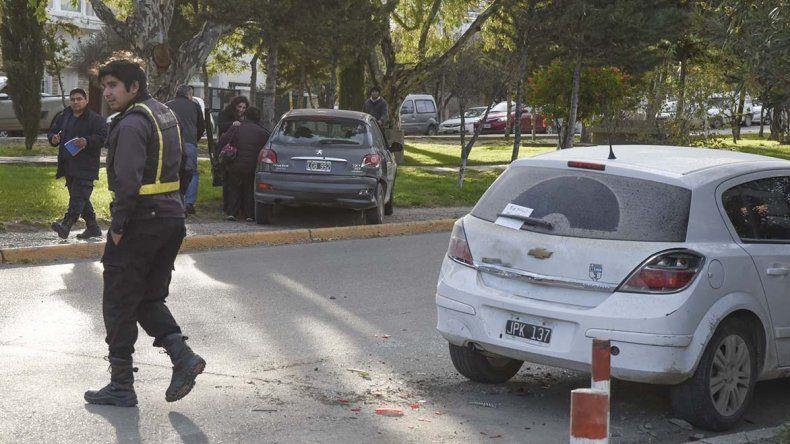 Un Peugeot 207 y un Fiat Palio chocaron ayer en Alsina y Dorrego. Un tercer automóvil intentó esquivar la colisión y terminó impactando a un Chevrolet Vectra que se encontraba estacionado sobre Alsina.