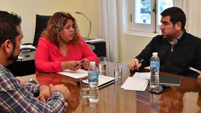 Leticia Huichaqueo y Walter Ñonquepán durante la reunión previa a los Juegos Evita.