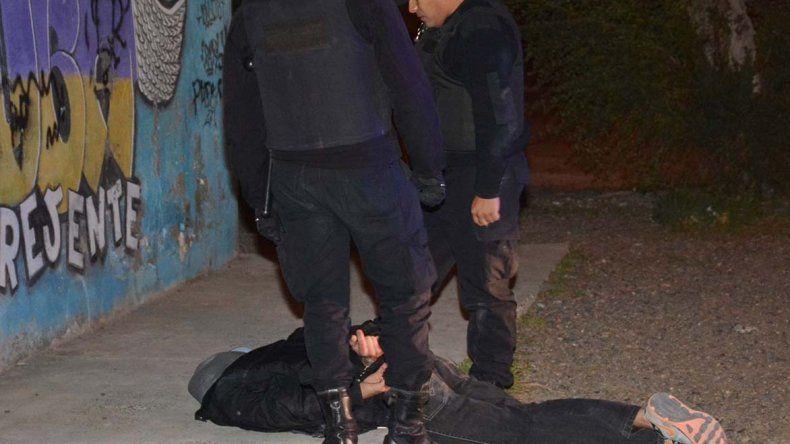 El individuo que viajaba como acompañante en la moto que perseguía la policía se cayó al pavimento en una esquina del barrio Güemes. Antes de ser atrapado
