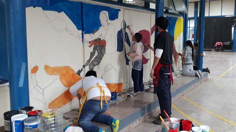 En la Escuela 155 hoy terminarán el mural a través del cual se abordó la catástrofe climática.