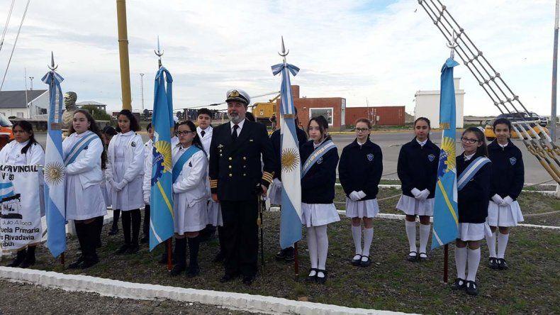 El jefe del Destacamento Naval Claudio Pérez Ortiguera junto a los abanderados y escoltas de las escuelas invitadas a participar del acto.