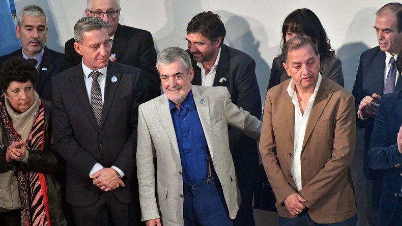 El gobernador Das Neves y el intendente Linares al compartir el acto que se efectuó ayer en Rawson.