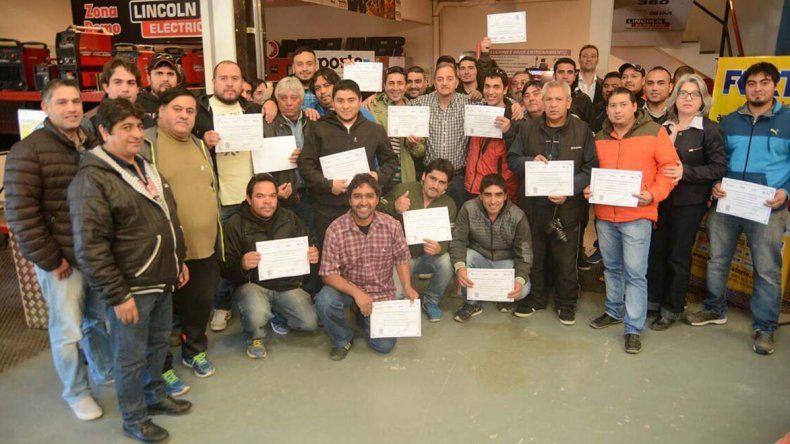 La entrega de certificados a quienes participaron de la capacitación.