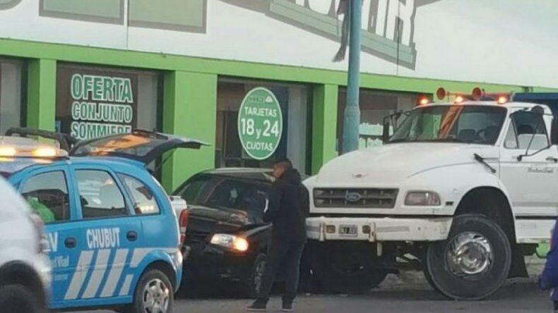 El camionero que transportaba arena le dijo a la policía que se quedó sin frenos.