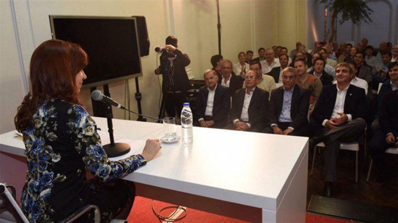 Cristina se reúne con intendentes en el Instituto Patria.