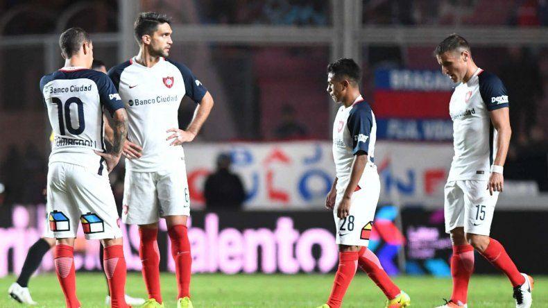 Los jugadores de San Lorenzo se muestran resignados ante una derrota inesperada.