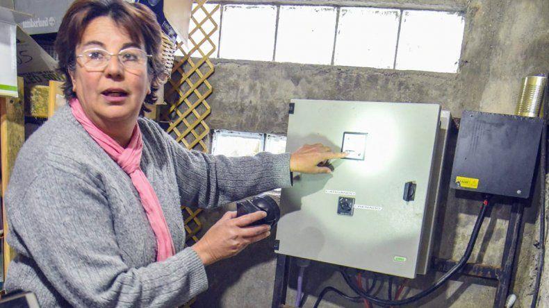 Inés Calatayud muestra la sala de máquinas donde se acumula la energía generada por el viento para su granja.
