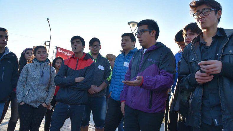Alumnos de nivel secundario realizaron una protesta en la plazoleta del Gorosito porque las clases son mínimas. También rechazaron la propuesta de estudiar por internet.