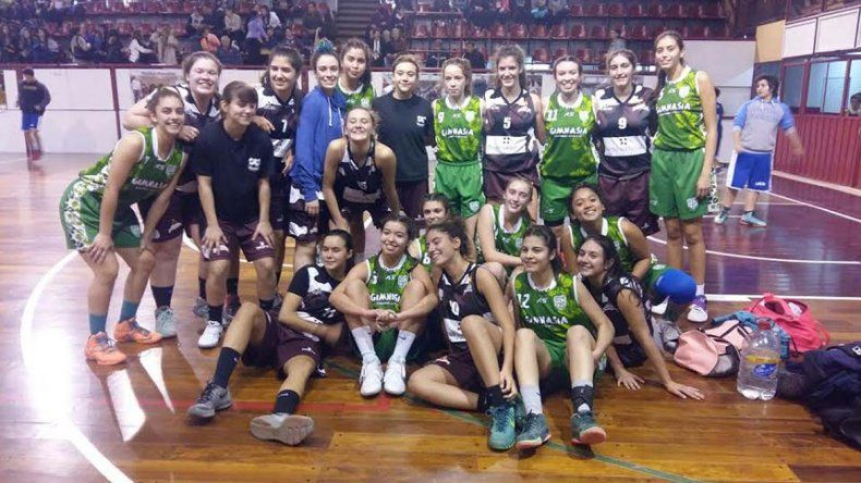 Las chicas U17 de Gimnasia y Federación Deportiva posan luego del duelo que protagonizaron el último martes en el Diego Simón.