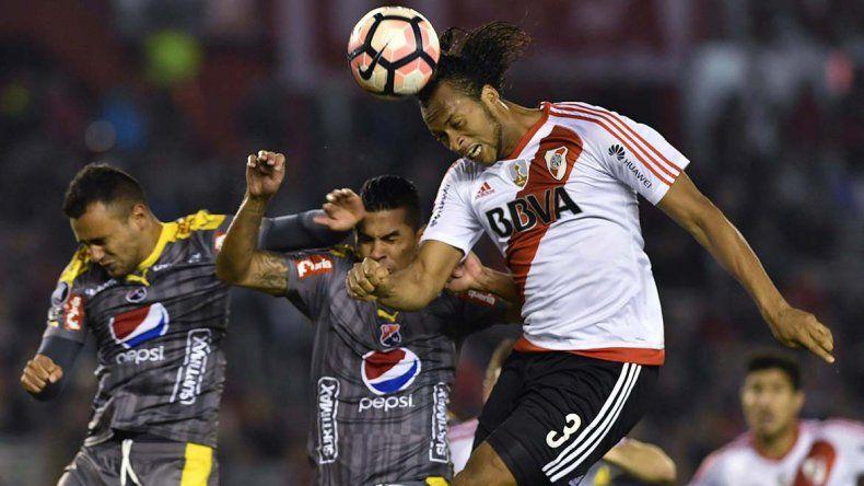 Arturo Mina gana en lo alto en el partido jugado anoche en el Monumental.