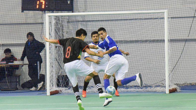 El torneo Apertura de fútbol de salón oficial continuará mañana con una nueva programación de partidos.