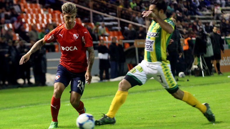 Emiliano Rigoni se lleva el balón marcado por Franco Canever en una acción de juego del partido disputado anoche en Mar del Plata.