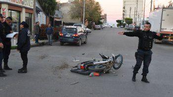 El conductor de la moto habría sufrido lesiones graves tras chocar con una VW Suran.